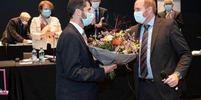 De Synodepräsident Lucien Baumgaertner (links) gratulierd em noi gwählte Chilerot Christian Bieri. (Foti: zVg)